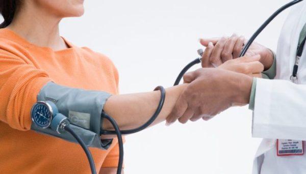 Давление и климакс: может ли повышаться и понижаться, как лечить, и как бороться со скачками у женщин
